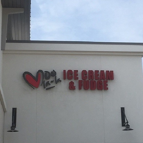 Moo La-La Ice Cream & Fudge logo.